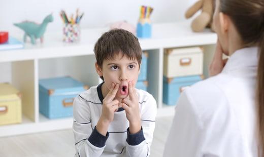 תמונה של ילד בבדיקת קלינאית