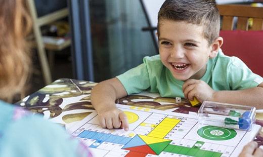 ילד משחק משחק קופסא